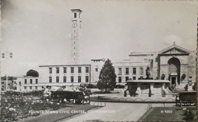 Vintage postcard. Fountain and Civic Centre, Southampton, Hampshire